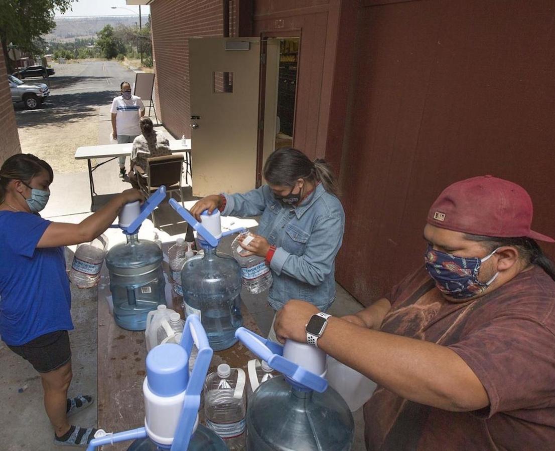 Volunteers distribute water in Warm Springs